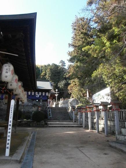 神楽殿から拝殿への参道
