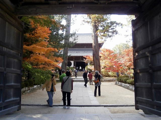 山門から仏殿を望む